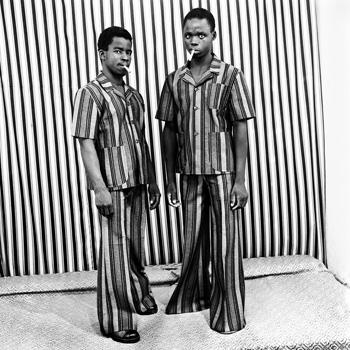 Malick Sidibé Les faux fumeurs, juin 1976 © Malick Sidibé / association GwinZegal